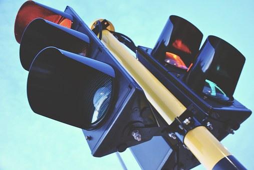 Se il semaforo diventa rosso un avviso sul telefono salva il pedone distratto a Torino