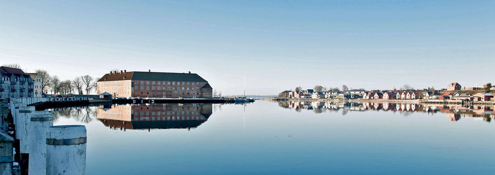 Sonderborg slot genspejles i havnen top