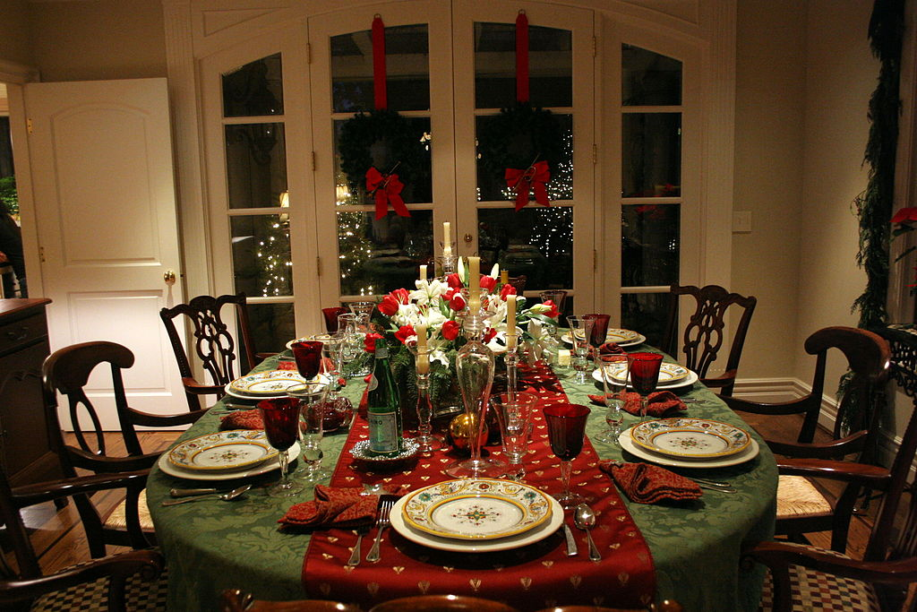 Christmas dinner setting austin mcgee on wikimedia