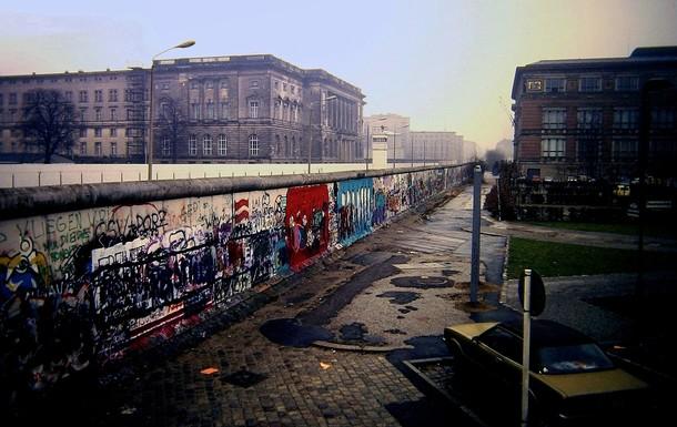 Slider berlin wall  niederkirchnerstra%c3%9fe  berlin 1988
