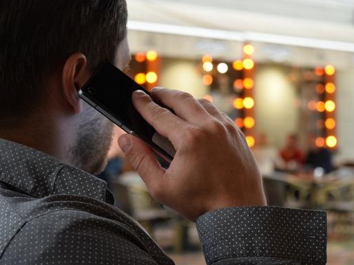 Slider man talking on the phone 1582238 1280