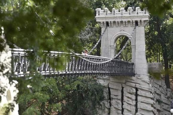 Slider suspension bridge