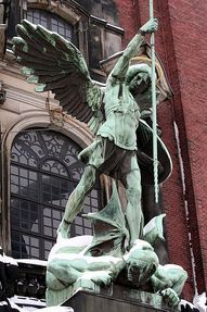Biggest thumb 400px erzengel michael statue %c3%bcber dem portal der st. michaeliskirche hamburg