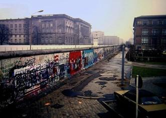 Thumb berlin wall  niederkirchnerstra%c3%9fe  berlin 1988