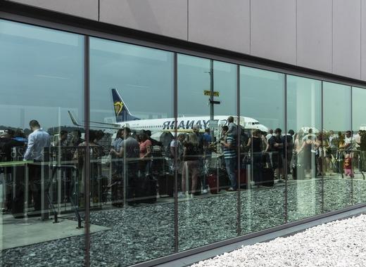 Medium airport 4866156 1920