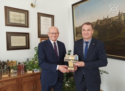 Medium mayor of lublin receiving smart city award