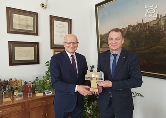 Thumb mayor of lublin receiving smart city award