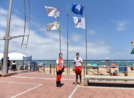 Medium blue flag at las canteras
