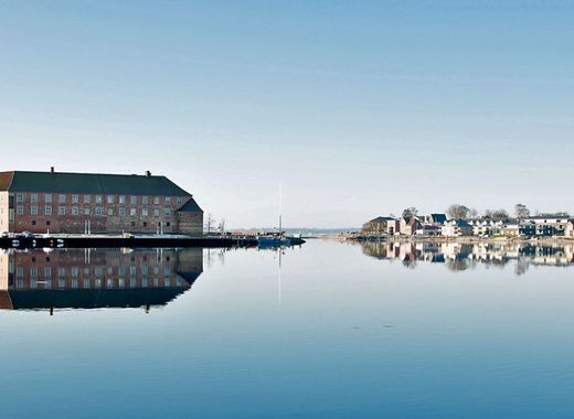 Medium sonderborg slot genspejles i havnen top