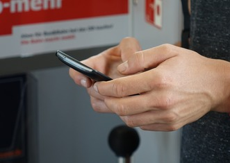 Thumb smartphone 2454610 1280