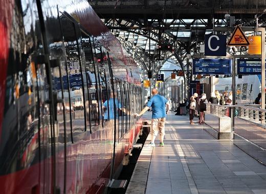 Medium train 4320077 1280