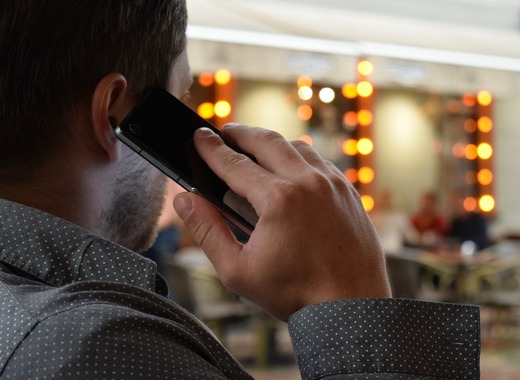 Medium man talking on the phone 1582238 1280